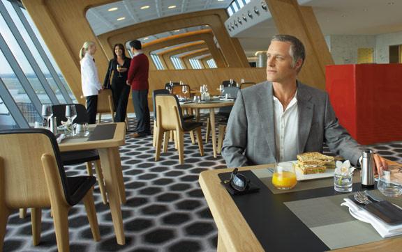 qantas first class lounge sydney international