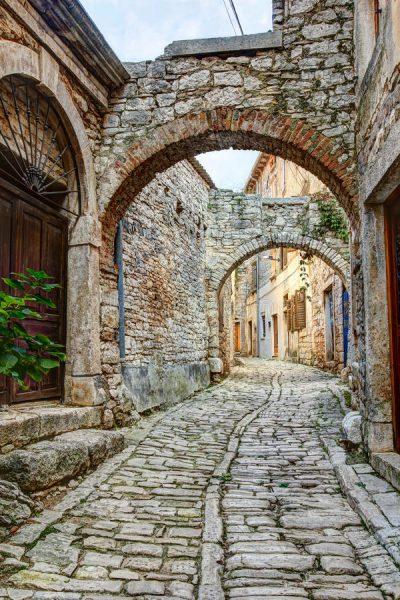 typisk-gata-i-bal-eller-valle-i-kroatien-55076670
